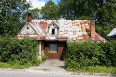 En gammal träkoja med ett brant tak fotografering för bildbyråer
