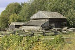 En gammal träladugård i en skog Arkivfoton