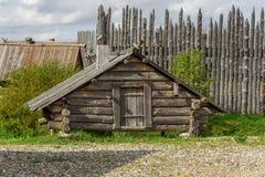 En gammal trälantlig byggnad för hrananiyaprodukter Arkivbild