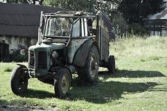 En gammal traktor Arkivfoton