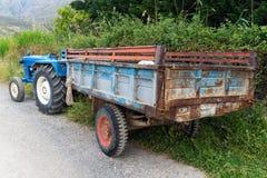 En gammal traktor och släp Arkivfoton