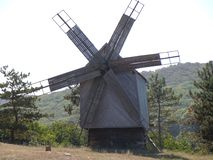 En gammal väderkvarn i det historiska landet av Dobrogea i sydost av Rumänien arkivbilder