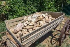En gammal vagn med stenar arkivbilder