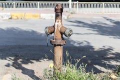 En gammal vattenvattenpost - fördunkla kulört royaltyfria foton