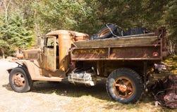 En gammal weatherbeaten lastbil i arbetsförhållande i alaska arkivfoto