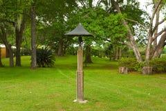 En gammalmodig mässingsklocka på en lantgård i ocala Arkivfoton