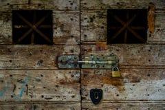 En gammalt dörr och lås Arkivfoto