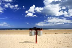 En gardant la plage nettoyez photos stock