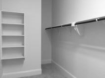 En garderob för att bekläda i bakgrund för nytt hus Arkivfoton