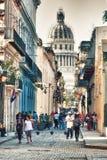 En gata av gamla havana med capitolen i bakgrund Royaltyfria Bilder