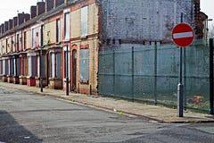 En gata av stigit ombord upp övergivna hus Arkivbilder