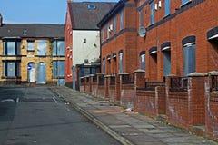 En gata av stigit ombord upp övergivna hus Arkivbild