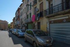 En gata i arabisk fjärdedel av Perpignan i mitten av staden, Frankrike arkivbilder