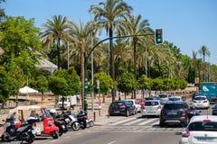 En gata i Cordoba med grön trafikljus royaltyfri bild