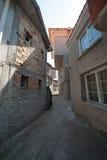 En gata i den gamla delen av den bulgariska staden av Sozopol Royaltyfria Bilder
