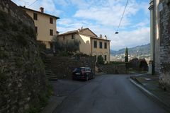 En gata i den Nozzano staden, Italien royaltyfri fotografi