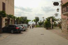 En gata i den Sirmione staden, Italien royaltyfria bilder