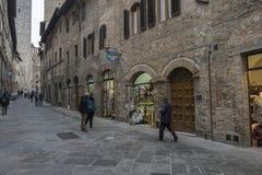 En gata i det San Gimignano centret, Italien royaltyfri fotografi