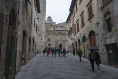 En gata i det San Gimignano centret, Italien arkivfoton