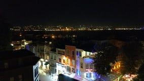 En gata i Istanbul i natten Arkivfoton