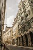 En gata i Lissabon, Portugal barock byggnad royaltyfri bild