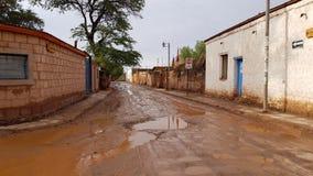 En gata i San Pedro de Atacama efter en hällregn, Chile royaltyfri bild