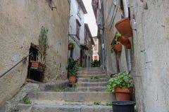 En gata i staden av Bracciano, Italien royaltyfria foton