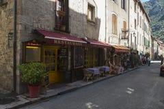 En gata med gatakafét och litet touristic shoppar, Collioure, Frankrike royaltyfri fotografi