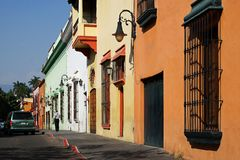 En gata med mångfärgade byggnader i Cuernavaca, Mexico royaltyfri bild