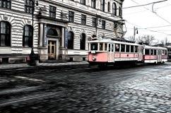 En gata med spårvagnen i Prague Arkivfoton