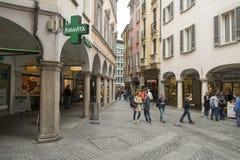 En gata med touristic shoppar och kafét i Lugano, Schweiz fotografering för bildbyråer