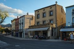 En gata n?ra Chateaukungliga personen, Collioure, Frankrike arkivbilder
