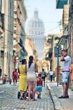 En gata och folk av havana Royaltyfri Bild