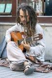 En gataaktör spelar en gitarr i Istanbul royaltyfria bilder