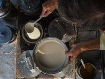 En gatagatuförsäljare lagar mat pannkakor Royaltyfri Foto