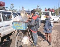 En gatagatuförsäljare som säljer smör Kulcha i Patnitop Royaltyfria Bilder