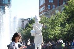 En gatakonstnär Blows en kyss Royaltyfri Fotografi