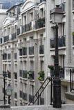 En gatalampa i ett område av Paris Royaltyfri Foto
