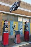 En gataplats av tappningtecken och gaspumpar, Lowell, Arizona Royaltyfri Foto