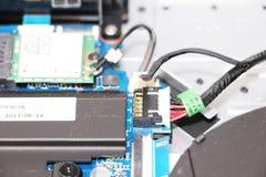 En geek gör ren en bärbar datorkylare Kontaminerad datorkylsystem fotografering för bildbyråer