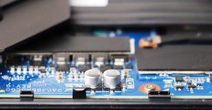 En geek gör ren en bärbar datorkylare Kontaminerad datorkylsystem arkivbild