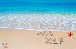 2016 en 2017 geschreven op het strand Stock Afbeelding