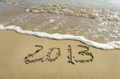 2012 en 2013 geschreven in zand Stock Afbeeldingen