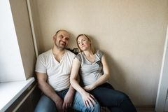 En gift parmake och fru sitter i h royaltyfria foton