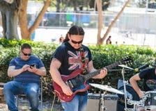 En gitarrist från en grupp av gatamusiker spelar musik för förbipasserande i Tel Aviv, Israel royaltyfria foton