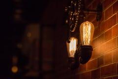 En glödande lampa i ett dunkelt rum arkivfoto
