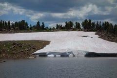 En glaciär som sett på beartoothpasserandet royaltyfria bilder