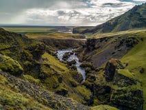 En Glaciel flod kör till och med ett isländskt landskap royaltyfri fotografi