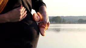 En glad gravid kvinna spelar med behandla som ett barn häftklammermatare för ` s på solnedgången i höst i Slo-Mo stock video