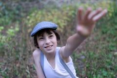 En glad pojke i naturen Arkivfoton